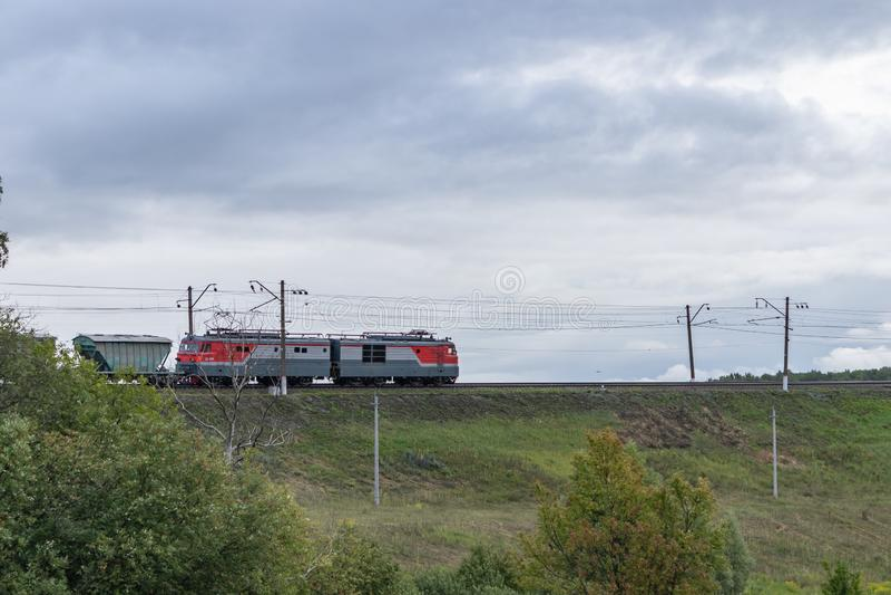 机车和旅行由铁路的运货车 E 库存照片