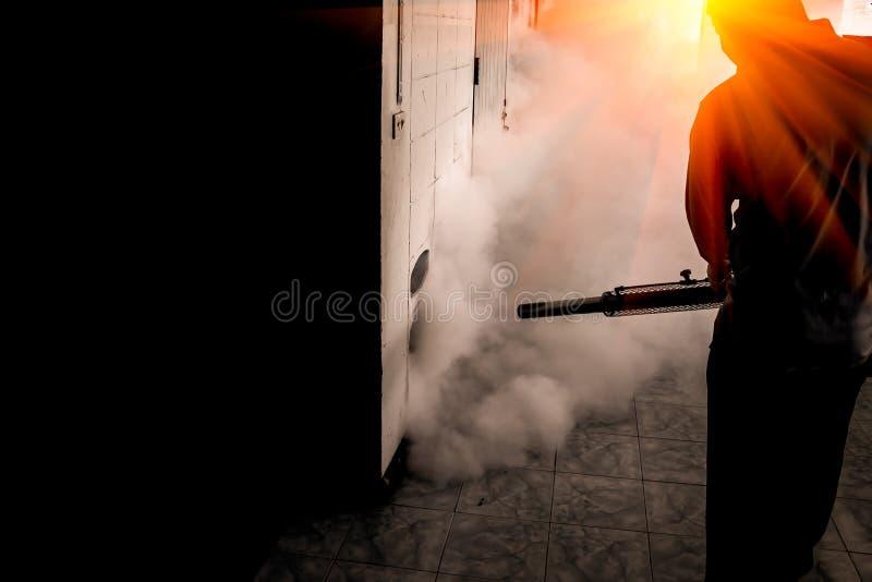 杀害Zika病毒和登革热预防爆发蚊子载体的一个人用途熏蒸蚊子机器在学校 库存图片