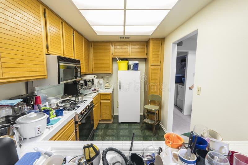 杂乱公寓房厨房 图库摄影