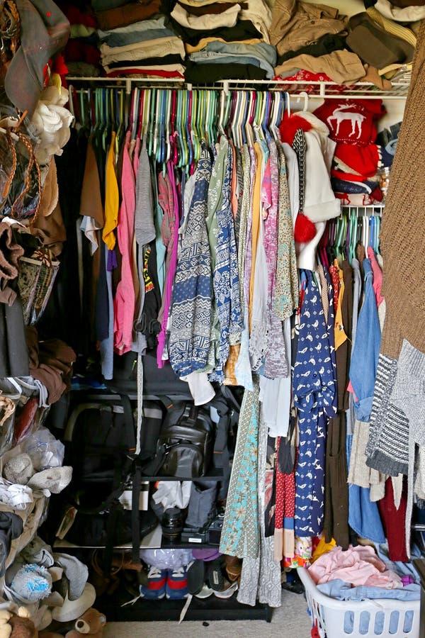 杂乱壁橱充满妇女的衣裳 免版税库存照片