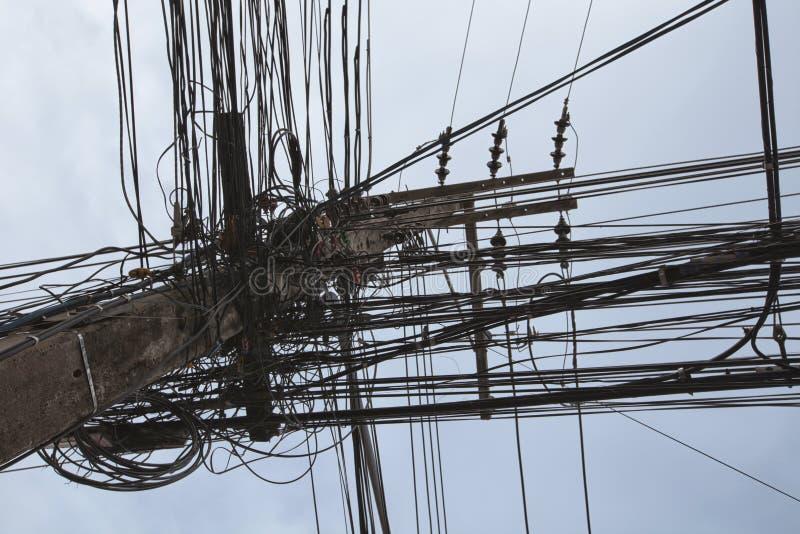 杂乱导线附有电杆,缆绳a混乱  库存照片
