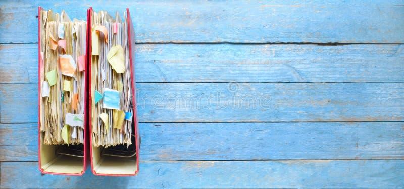 杂乱文件夹和文件行,繁文缛节,官僚概念,全景格式,拷贝空间 免版税图库摄影
