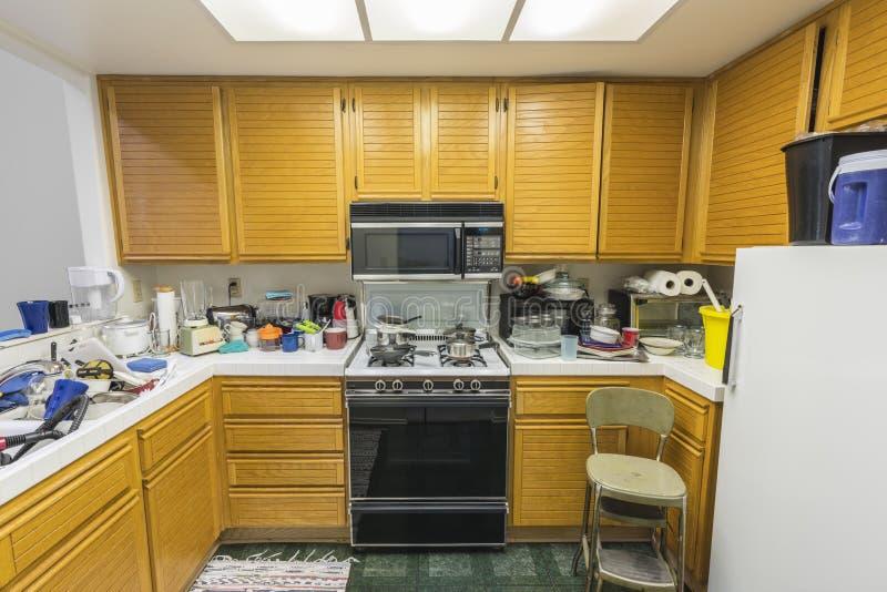 杂乱老公寓房厨房 免版税库存照片