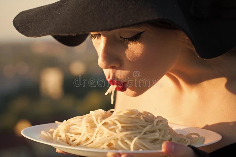 杂志封面的面孔女孩 女孩在您advertisnent的面孔画象 餐馆评论家tatse意大利人面团 餐馆 免版税库存图片