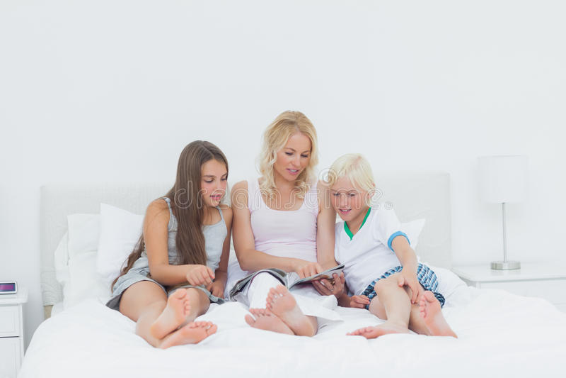 读杂志的母亲和孩子 库存照片