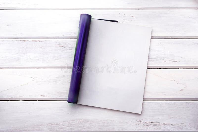 杂志页的被打开的空的白色嘲笑在白色木选项 库存图片