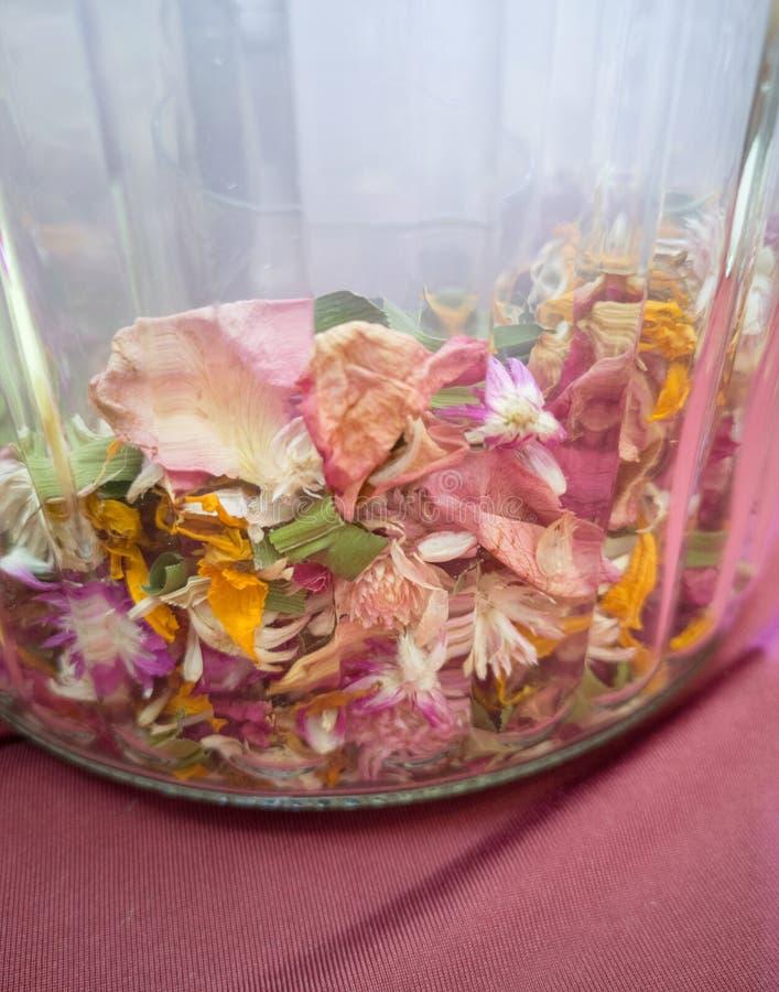 杂烩香囊泰国传统风格,提供一种柔和的自然气味的干瓣花五颜六色的混合物-图象 免版税图库摄影