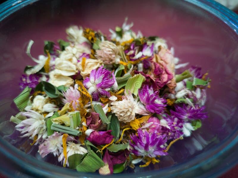 杂烩香囊泰国传统风格,提供一种柔和的自然气味的干瓣花五颜六色的混合物-图象 免版税库存图片