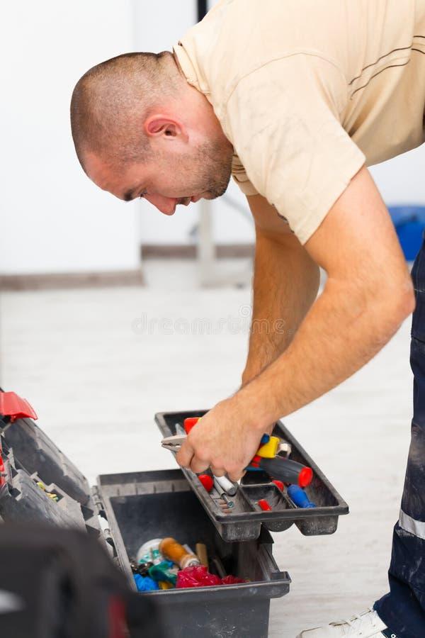 杂物工和他的工具袋 免版税图库摄影