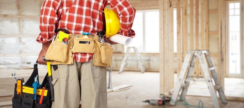 杂物工的手有工具袋的 免版税库存照片