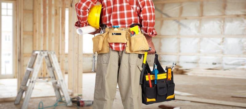 杂物工的手有工具袋的 免版税库存图片