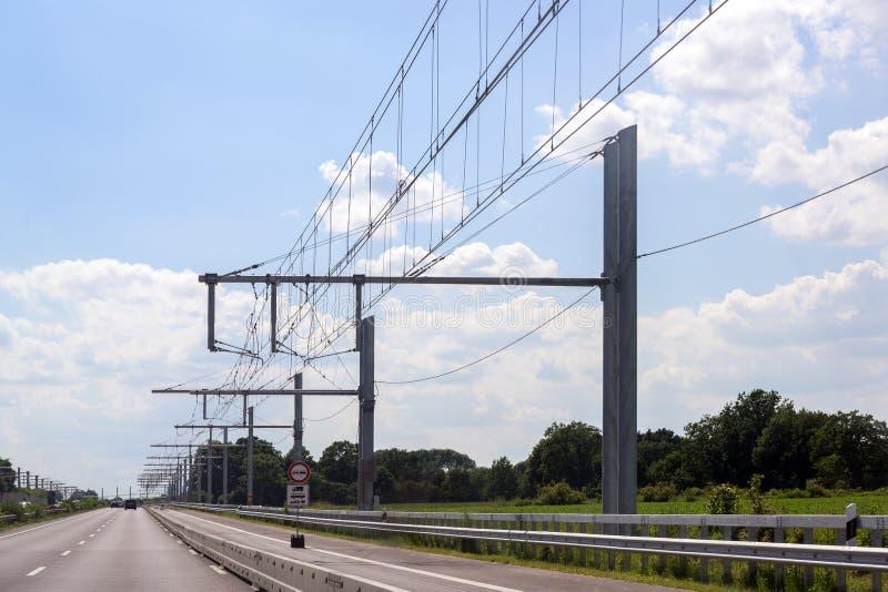 杂种卡车的电顶上的联络导线在E高速公路,测试轨道在Luebeck,德国 免版税库存图片