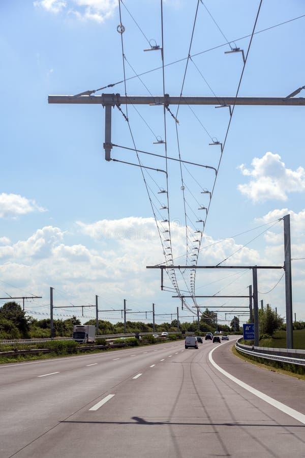 杂种卡车的电顶上的联络导线在E高速公路,测试轨道在Luebeck,德国 免版税库存照片
