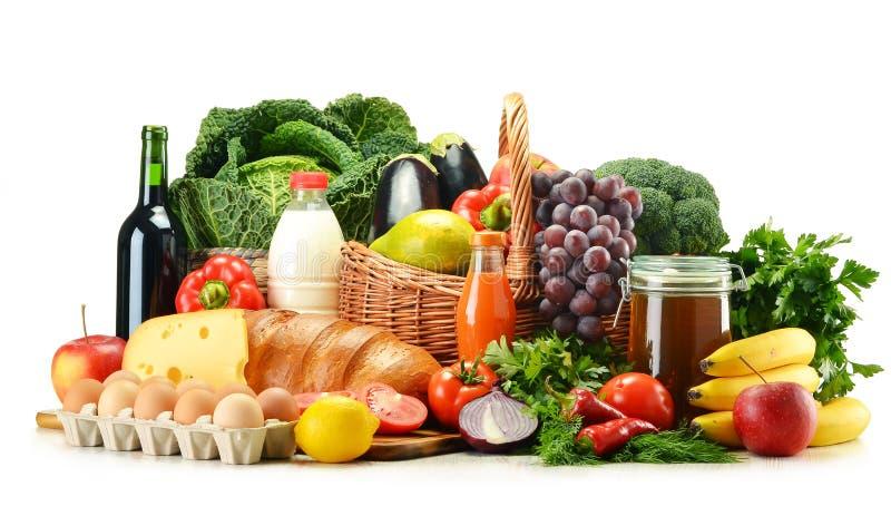 杂货产品包括蔬菜、水果、牛奶店和饮料 免版税图库摄影