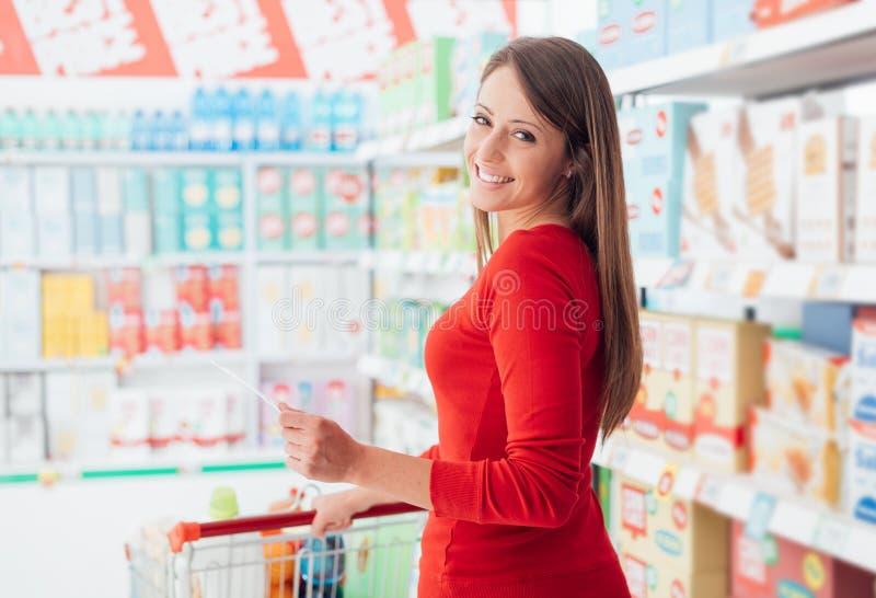 杂货店的愉快的妇女 库存照片