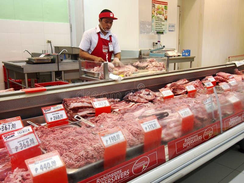 杂货店的肉部分的一位屠户 免版税库存照片