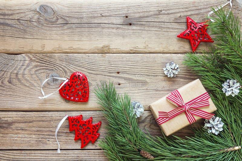 从杉木分支、圣诞节装饰和礼物bo的边界 免版税库存图片