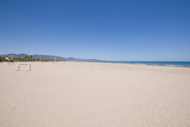 杉木海滩在Castellon Benicassim视图Grao  免版税库存照片