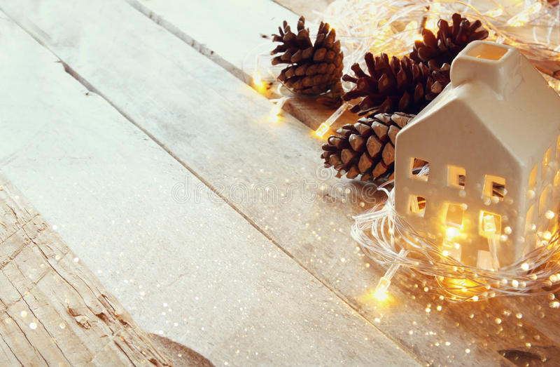 杉木锥体和装饰木房子照片在金诗歌选旁边在木背景点燃 复制空间 被过滤的减速火箭 库存图片