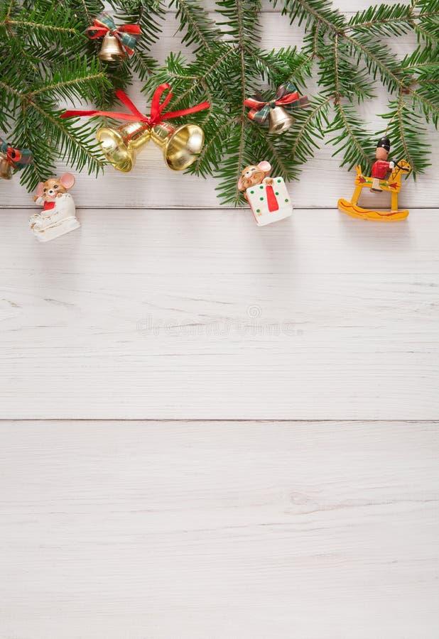 杉树枝杈和新年装饰边界在白色木背景 库存图片