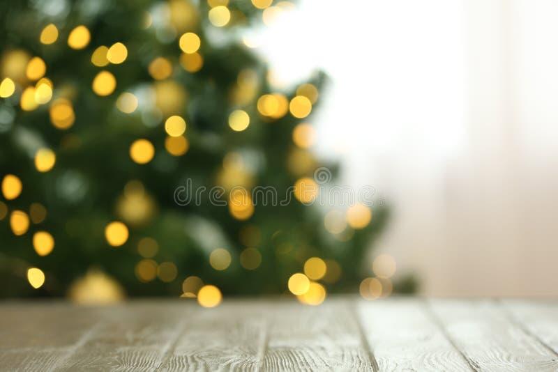 杉树被弄脏的看法与发光的圣诞灯的临近桌户内 库存照片