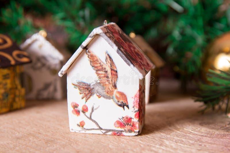 杉树装饰:有装饰品的手工制造圣诞节房子 免版税库存照片