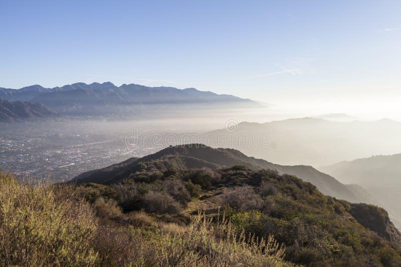 洛杉矶郡有薄雾的早晨小山顶视图 库存图片