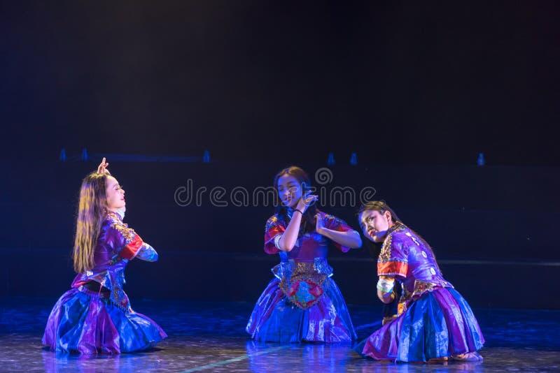李女孩由河2丁香舞蹈戏曲洗涤衣裳 免版税图库摄影
