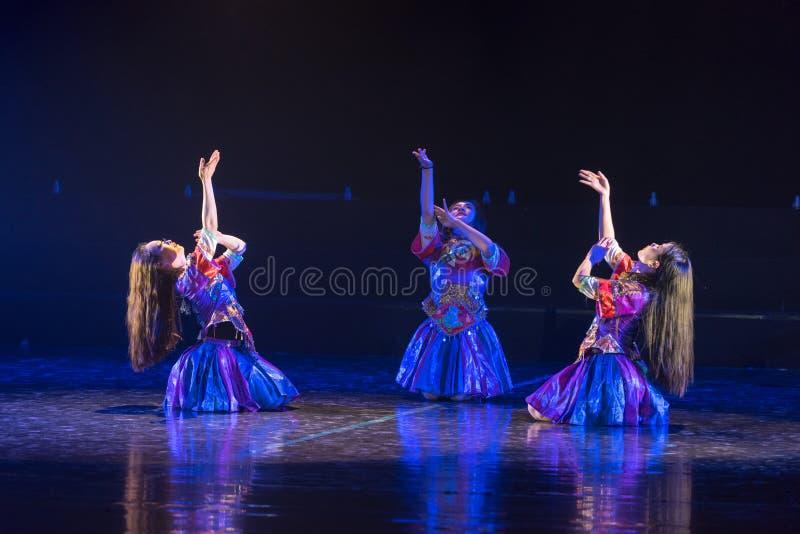 李女孩由河3丁香舞蹈戏曲洗涤衣裳 免版税库存照片