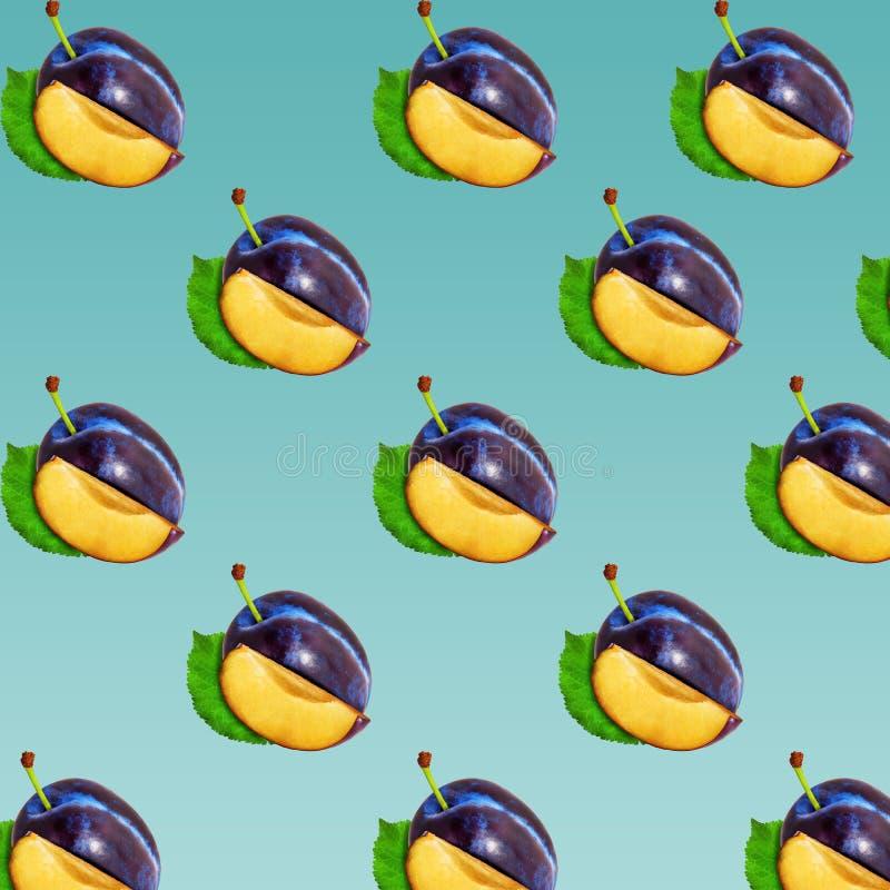 李子在淡色背景的切片样式 最小的果子概念 图库摄影