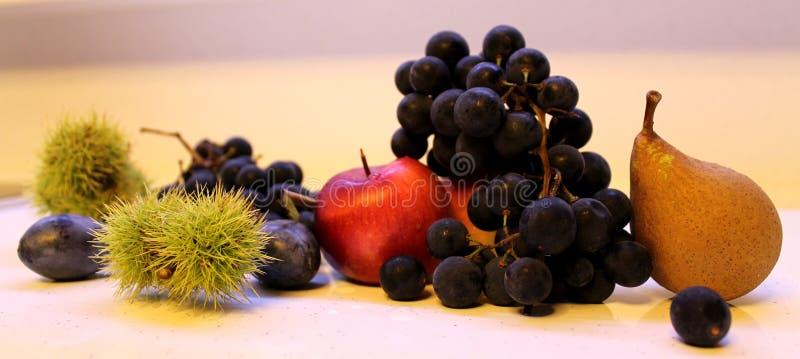 李子栗子苹果梨美味葡萄的果子 库存照片