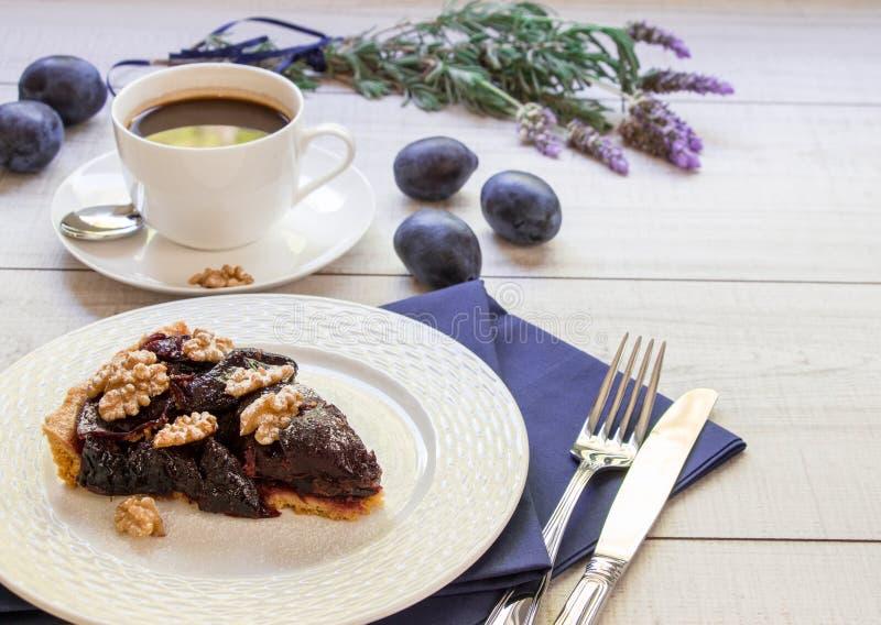 李子蛋糕片断与咖啡和拷贝空间的 库存图片