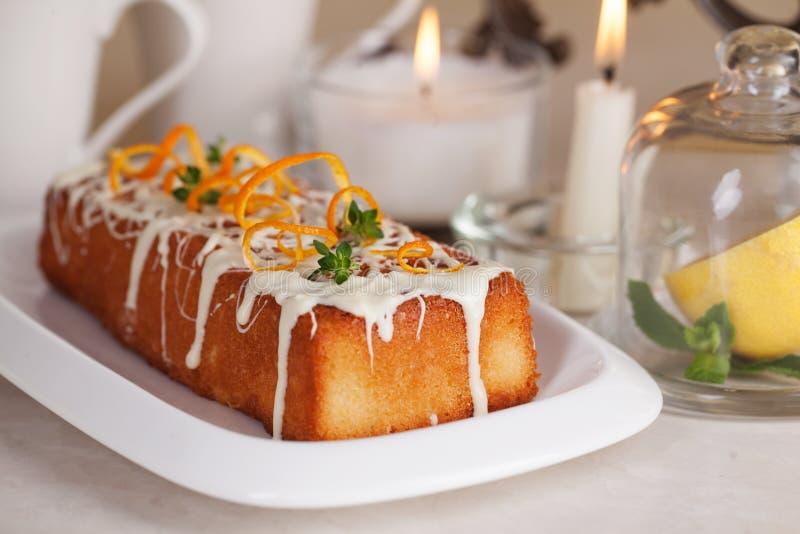 李子蛋糕食物白色巧克力、橙风味、麝香草、特写镜头静物画用茶和柠檬 免版税库存照片