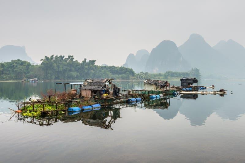 李河的木筏房子 免版税图库摄影