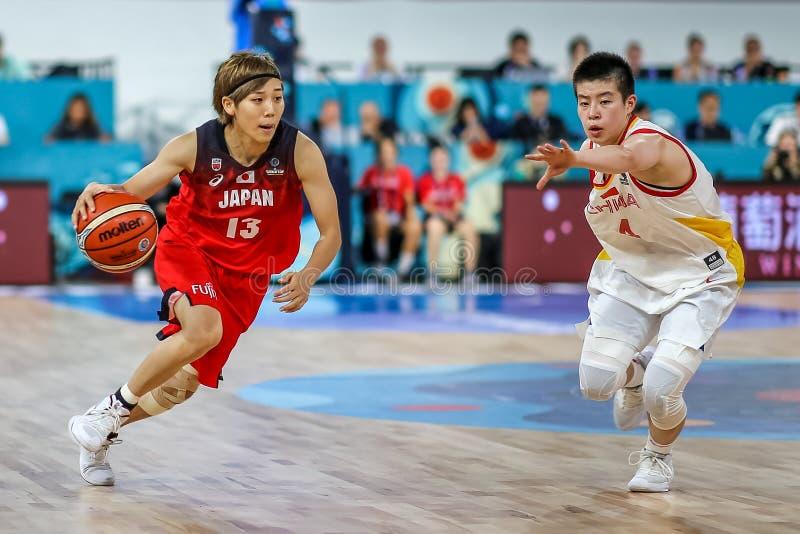 李渊和鲁伊行动的町田在篮球中国期间对日本 库存图片