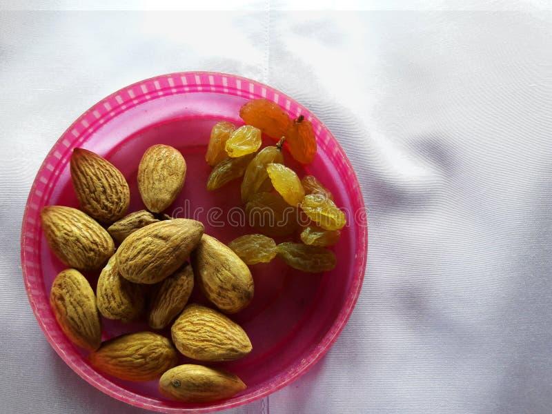 杏仁和葡萄干在碗 图库摄影