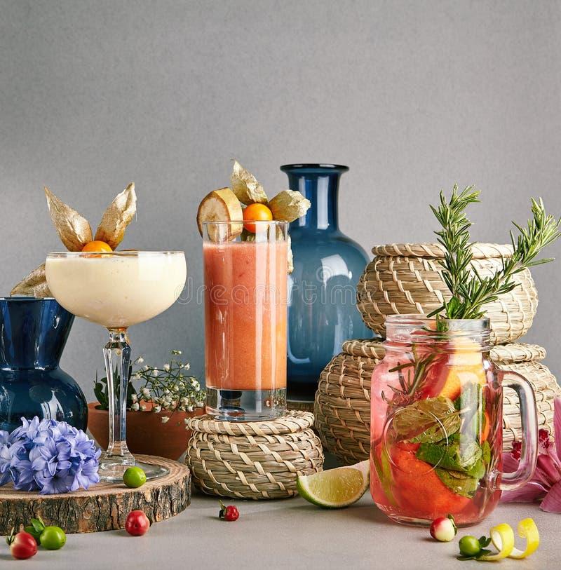 杏仁奶油、果子圆滑的人和草莓Mojito或柠檬水 库存照片