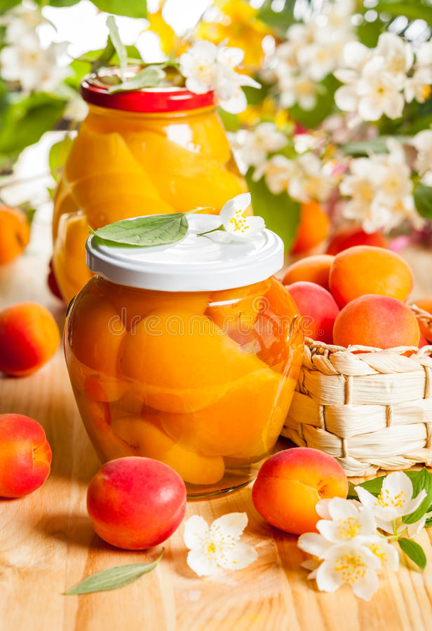杏子和桃子蜜饯 库存照片