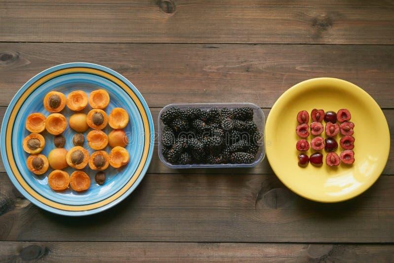 从杏子和樱桃的宏观样式在板材 免版税库存照片