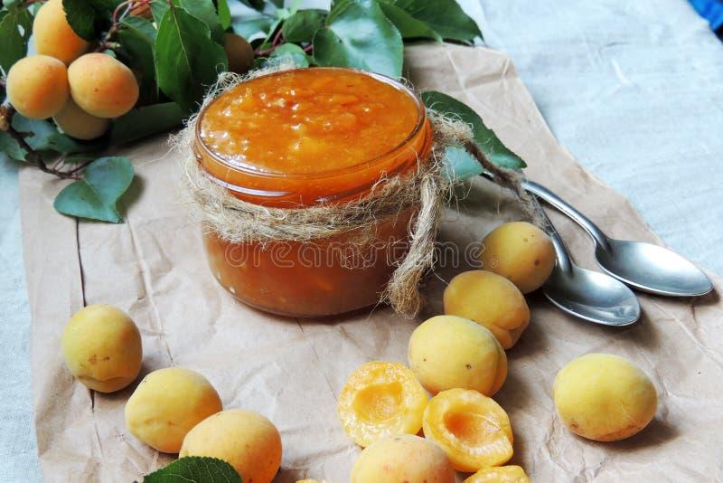 杏子杏子背景查出的果酱白色 免版税库存照片