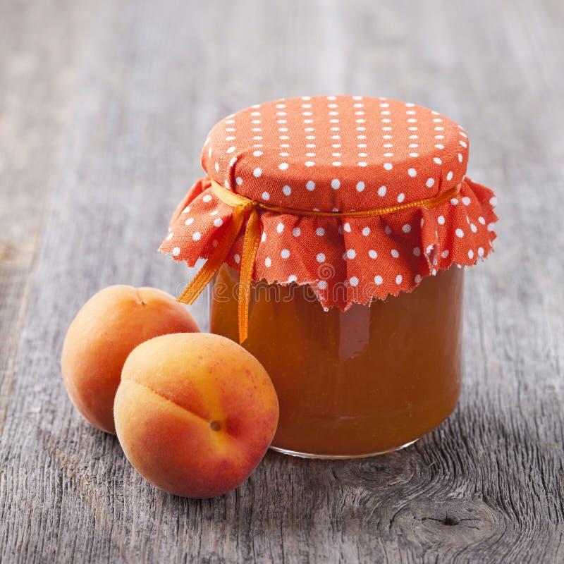 杏子果酱和新鲜水果 免版税库存图片