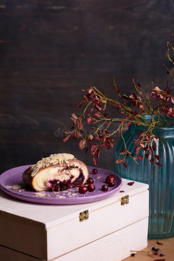 杏仁蛋糕,蔓越桔点心,巧克力卷片断,服务用新鲜的蔓越桔 库存照片
