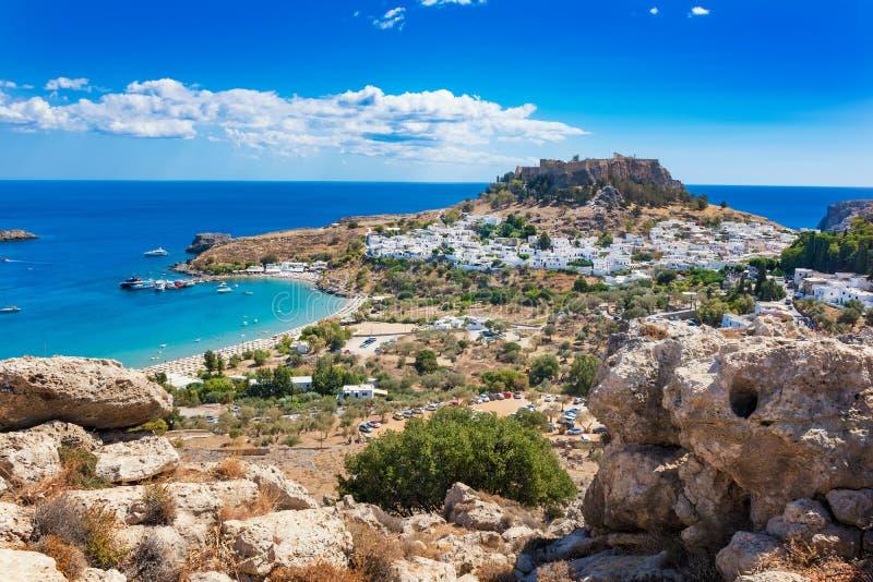村庄、Lindos罗得岛,希腊海湾和上城看法  图库摄影