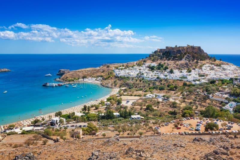 村庄、Lindos罗得岛,希腊海湾和上城看法  免版税库存图片