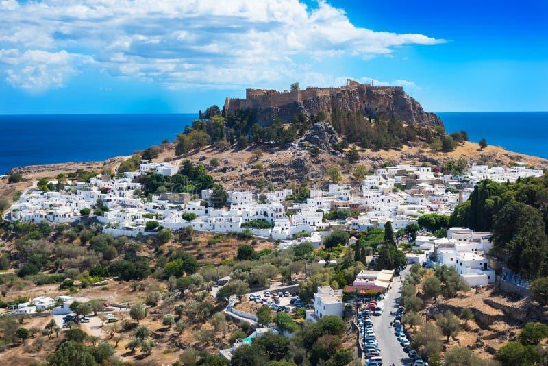 村庄、Lindos罗得岛,希腊海湾和上城看法  免版税库存照片
