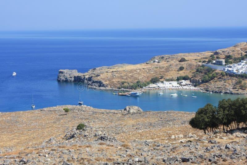 村庄、Lindos罗得岛,希腊海湾和上城看法  库存照片