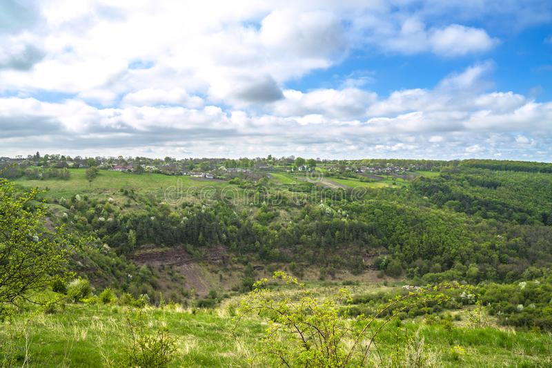 村庄全景在春天山森林里 库存图片