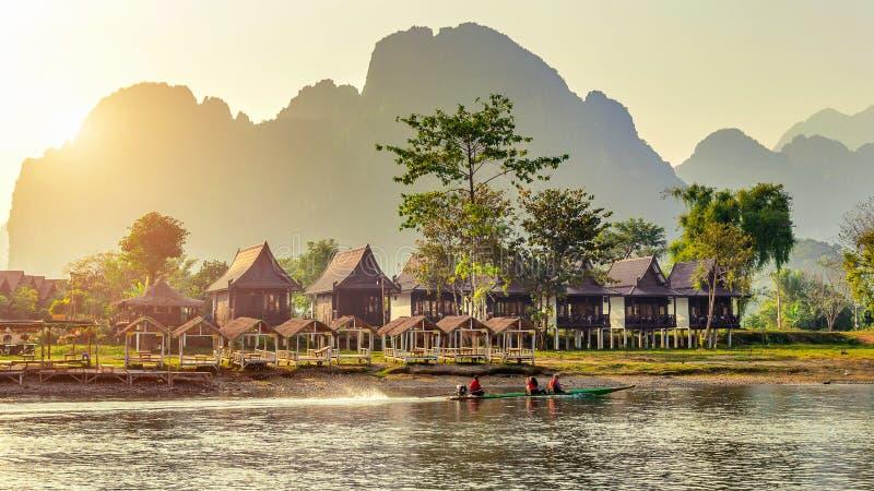 村庄和平房沿Nam歌曲河在Vang Vieng,老挝 免版税库存图片