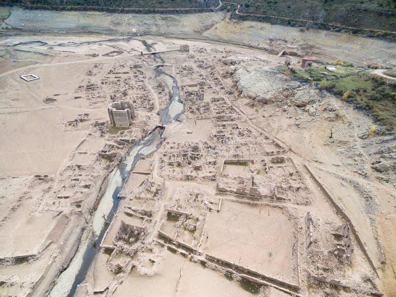 村庄和教会在索里亚丝毫的干燥沼泽崩溃了曼西利亚沼泽的名字  免版税库存照片