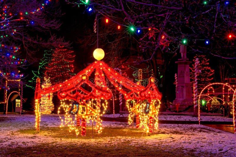 村庄圣诞节转盘装饰 免版税库存图片